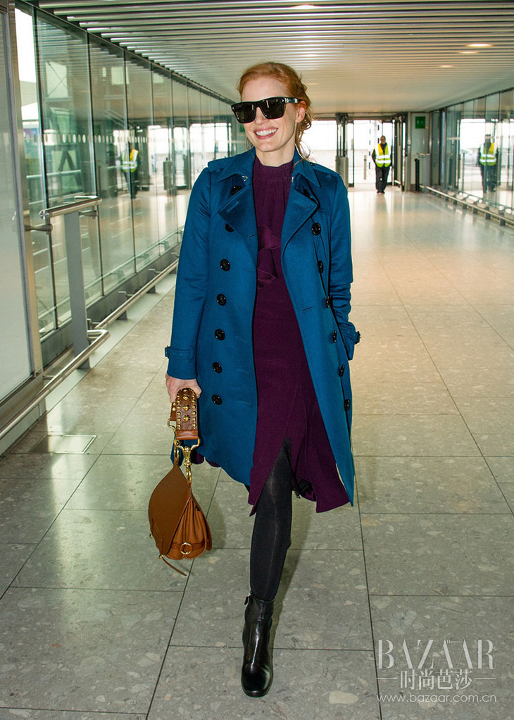 Jessica-Chastain-carrying-the-Bridle-Bag-and-wearing-a-cashmere-trench-in-London,-25-October-2016