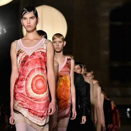 裹着锡箔纸取暖也要去看的秀,恐怕只有这般前卫的Givenchy