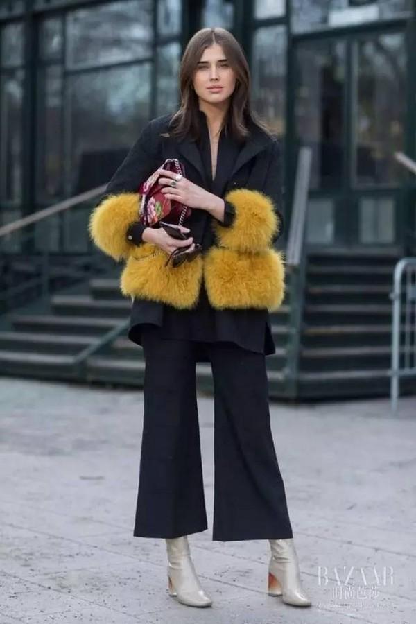 雅而经典的黑色短靴搭配九分裤就很chic,随着步伐荡漾的毛边更是