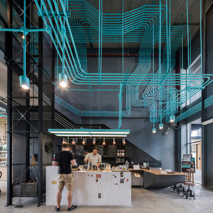 怎么这么大一家咖啡屋里面都是水管?