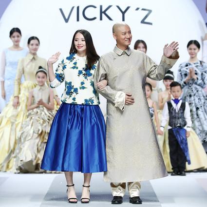 任重客串时装秀导,助阵许馨尹发布Vicky'Z亲子新品