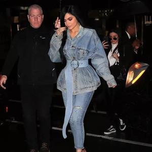 每日星范 | Kylie Jenner 牛仔服穿出小蛮腰,靠得竟是一条宽腰带!