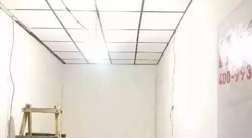 用平价的白色矿棉板吊顶遮盖原有屋顶,方格的吊顶像巨大的天窗,将明亮