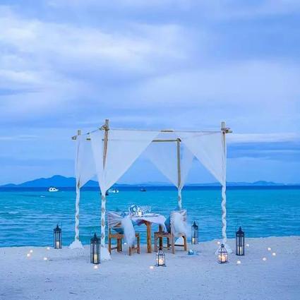 这座离普吉仅1.5小时的小岛上,有一座椰林度假村,坐拥800米私人沙滩,间间都是独栋木屋!