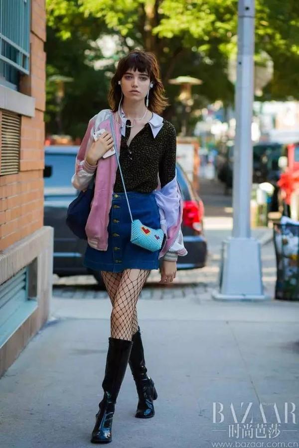 A字牛仔裙搭配棒球服也是十分适合出街的搭配,搭配一双网状袜,时