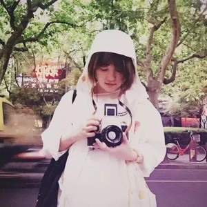 马思纯在她镜头里美成了初恋,她却选择用19年的青春,为没相机的山区孩子记录最美的童年