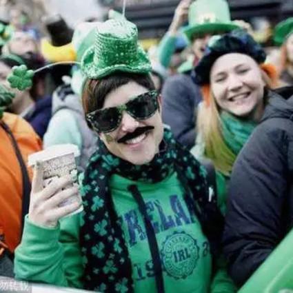男人疯狂戴绿帽子,地铁只穿内裤,外国人可真会玩