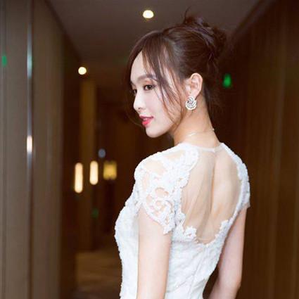 每日星范   唐嫣 自带性感又显腿长的小秘密,全藏在了她的高开叉裙里!