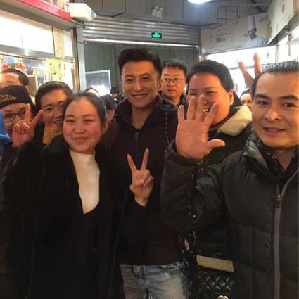 谢霆锋给拜年,明星主动加微信,虹桥一姐算啥,菜市场摊主才是真赢家!