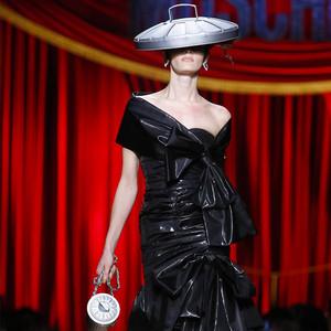 """将""""垃圾""""穿上身还是时髦芭比?Moschino的疯狂玩心你绝对想不到!"""