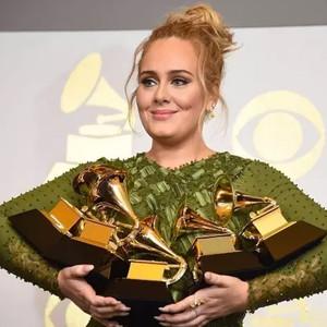 Adele跑调、水果姐破音、gaga话筒失灵,你可能看了场假的格莱美
