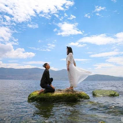 这对情侣集齐了56套民族结婚照
