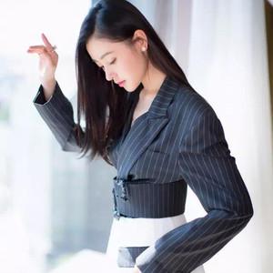 每日星范 | 张天爱 衣服上自带特效的腰带设计,让她遛小猪都时髦!