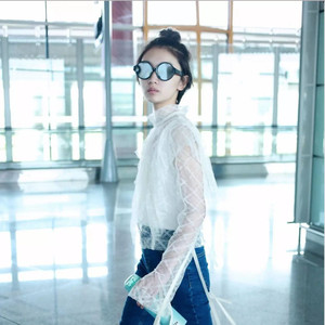 每日星范   周冬雨 机场造型能美过金像奖红毯,靠的是这双轻便时髦的穆勒鞋!