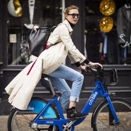 5毛钱的共享单车比2万块的包更能凹造型,怪不得鹿晗景甜都爱骑单车了!