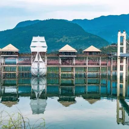 与松阳接壤,这处浙西小县城居然坐拥一家360°全湖景的水上酒店,航拍美呆了!