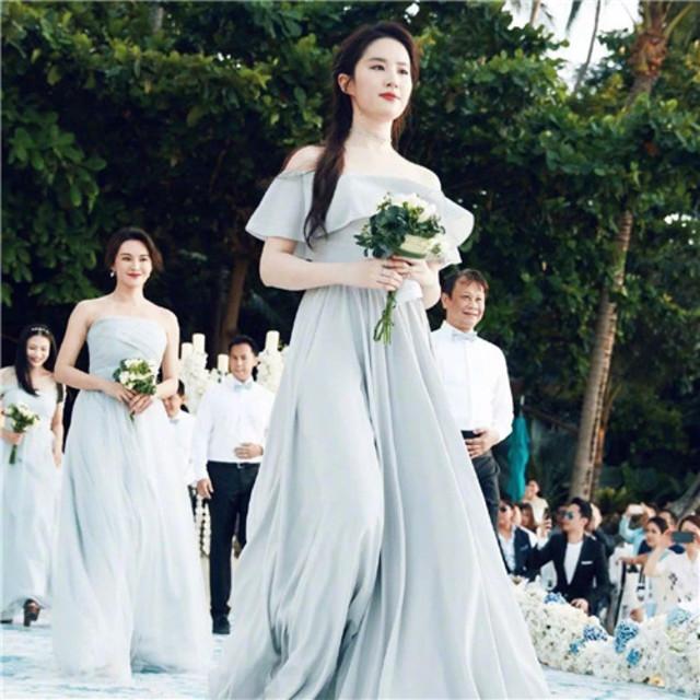 愿意请刘亦菲当伴娘,还任由她美到升仙的,一定是情比金坚的姐妹吧!