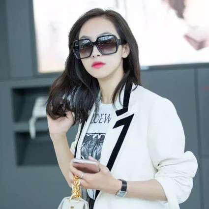 每日星范   宋茜 的白西装不只能穿出女神感,更是炎热夏天里的防晒利器!