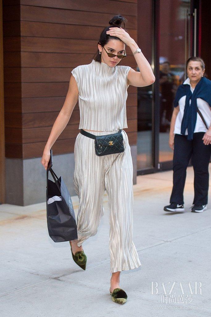Kendall-Jenner-Wearing-Bum-Bags (1)