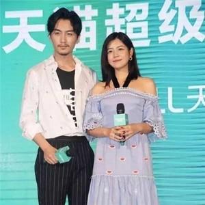 陈晓和陈妍希搂搂抱抱牵手耳语的霸道总裁小娇妻日常,哪像一对姐弟恋啊!