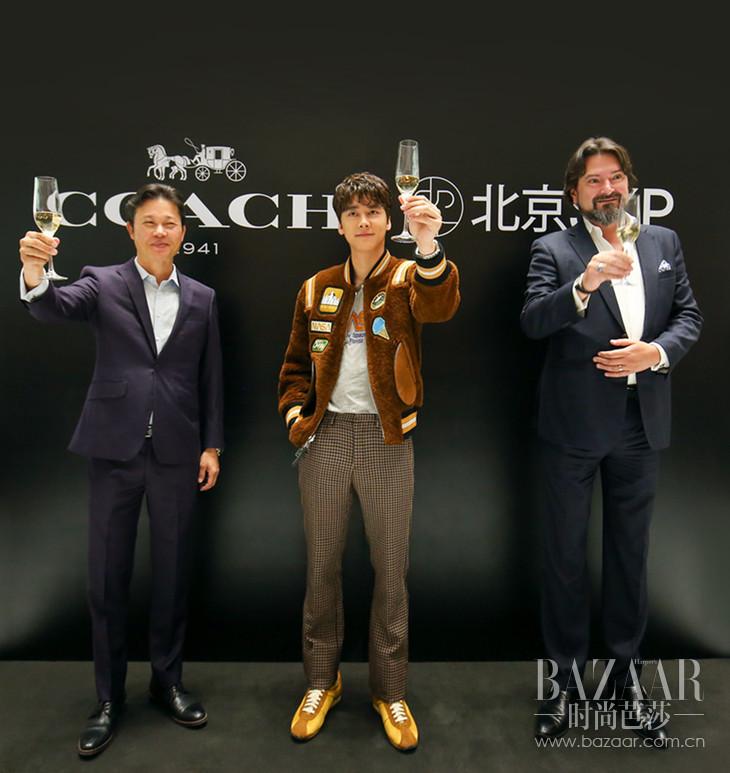 (由右至左)COACH大中华区总裁兼首席执行官杨葆焱先生、品牌挚友李易峰、SKP高层合影