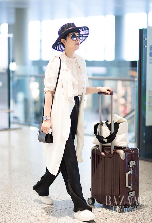 演员王鸥选择了白色的风衣出行,干净清爽真是一道亮丽的风景线,身材