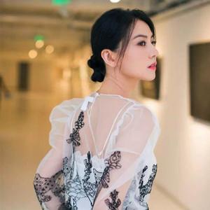 这件小黑裙宋祖儿穿优雅又俏皮,高圆圆的白色蕾丝上衣你穿也超美!