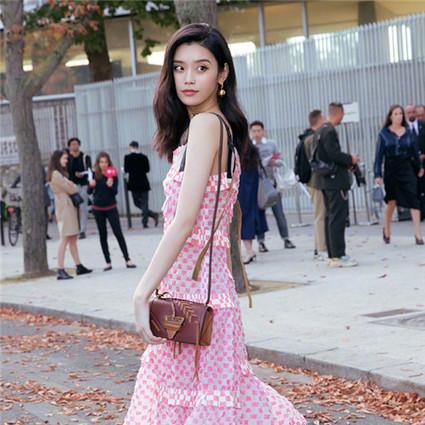 奚梦瑶杨紫变身甜美少女,Loewe的新包和Carven的新衣服你看了吗?