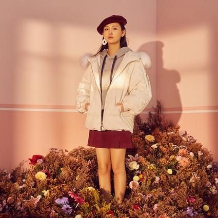 超模何穗演绎机场街拍新风尚 携手伊芙丽推出首个联名系列