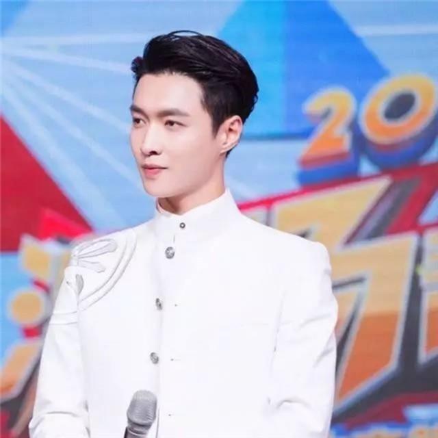 KTV唱《红旗飘飘》、演唱会带粉丝唱《我爱北京天安门》...张艺兴改走老艺术家路线肯定稳赢啊!