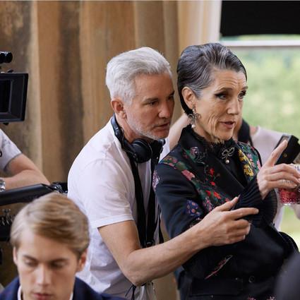 曾经执导《罗密欧和朱丽叶》、《了不起的盖茨比》、《红磨坊》的著名导演巴兹·鲁赫曼(Baz Luhrmann) 为 ERDEM x H&M 创作独家宣传影片!