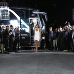 T台上演纽约日与夜。贝家助阵Victoria Beckham化作一抹柔情,Alexander Wang的超模趴嗨翻街头!