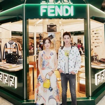 欢迎走进SKP,探索FENDI 书报亭,沉浸在FENDI经典浪漫的男装系列中!