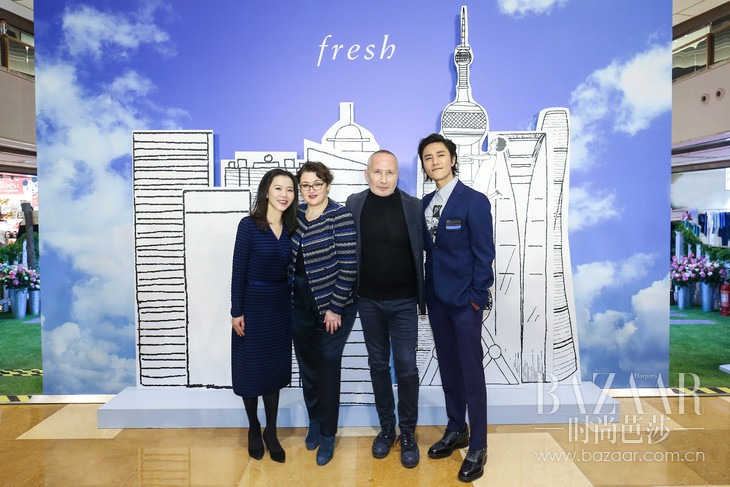 (从左至右)Fresh馥蕾诗中国区总经理Stella Ye女士、Fresh馥蕾诗联合创始人Alina女士和Lev先生,及Fresh馥蕾诗品牌形象代言人陈坤先生共同揭晓全新馥蕾诗红茶紧致盈透精华液。