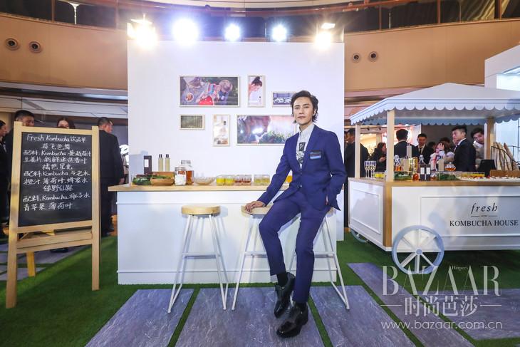 Fresh馥蕾诗品牌形象代言人陈坤先生现场体验Kombucha红茶酵母饮品。