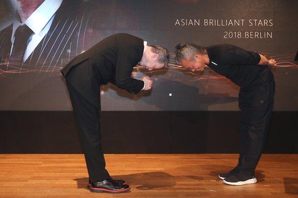 冯小刚(左)金基德(右)