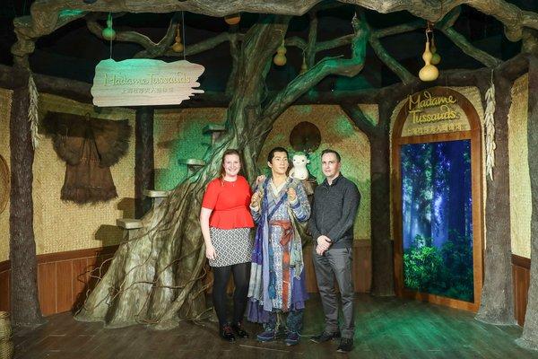亚洲蜡像工作室经理 Neil Linssen先生、全球创意概念及传播经理 Emily Beckmann女士与捉妖记 2蜡像合影