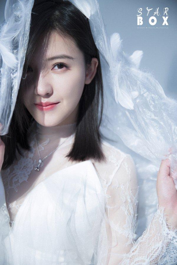 杨子姗佩戴I Do TOWER系列珠宝演绎纯爱真我