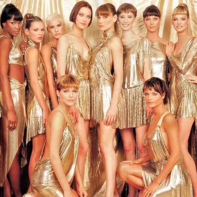 她的裙子让好莱坞女星珍藏17年!她还是第一个让粉丝主动掏腰包的设计师!
