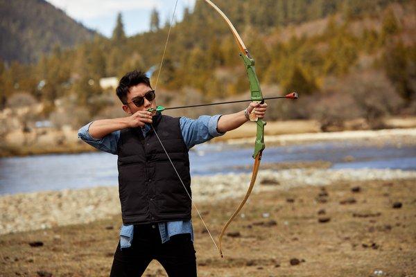 郑恺挑战藏族传统工布响箭