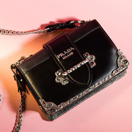 把520的心意,写进Prada Cahier Bijoux手袋里