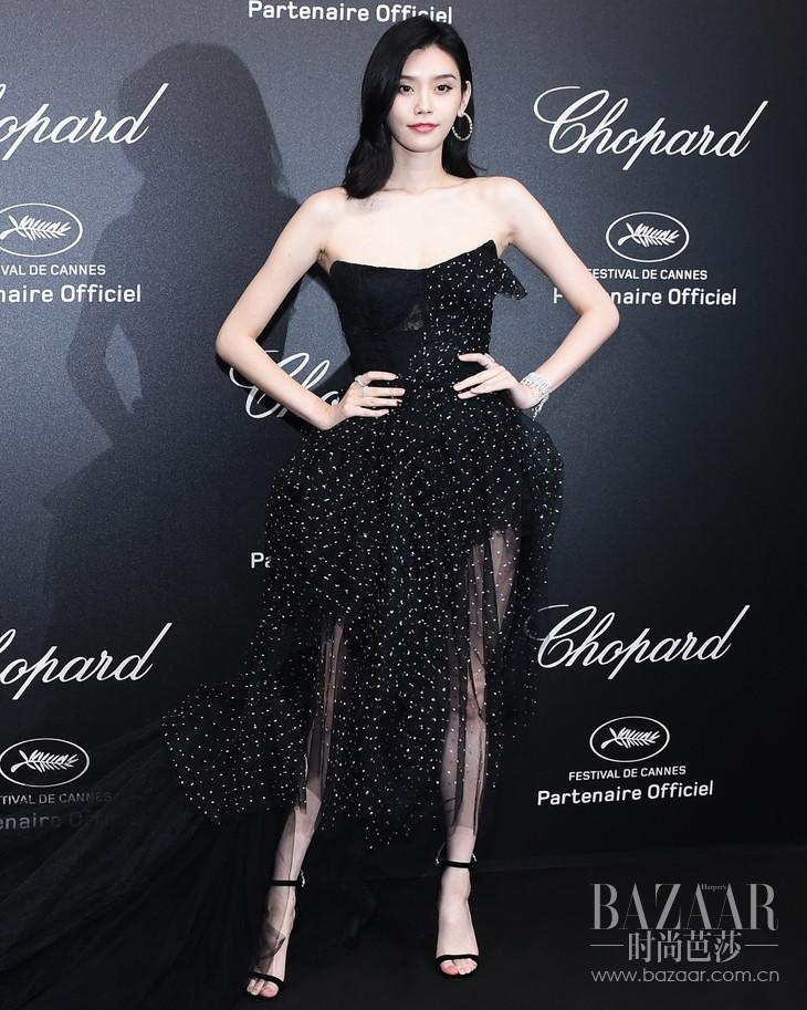 【新闻图片】奚梦瑶身穿Ermanno Scervino黑色薄纱礼服裙亮相于2018戛纳Chopard现场