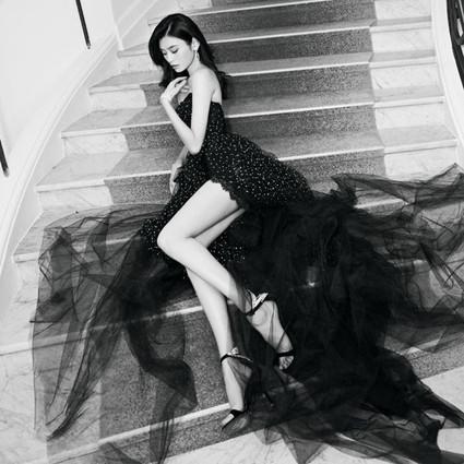 奚梦瑶身穿 Ermanno Scervino 黑色薄纱抹胸礼服裙亮相于 2018 戛纳现场