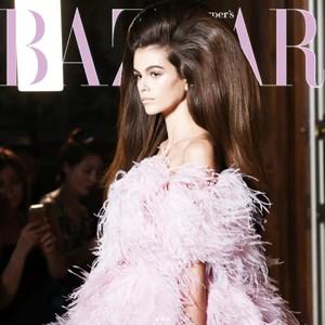 花团包围脸庞,羽毛变成云朵,世界上没有Valentino不敢做的少女梦!
