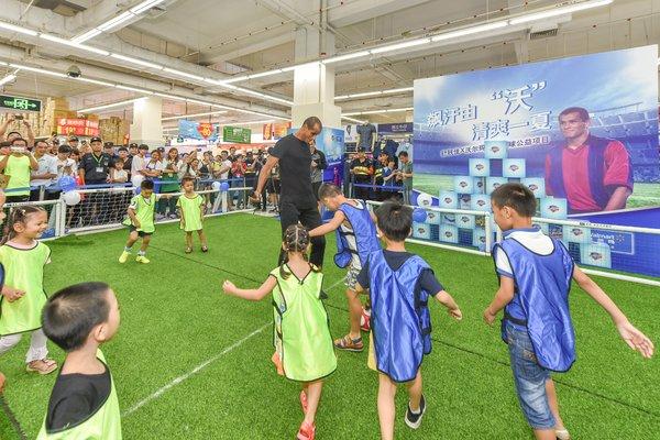 里瓦尔多与公益儿童进行公益趣味足球赛