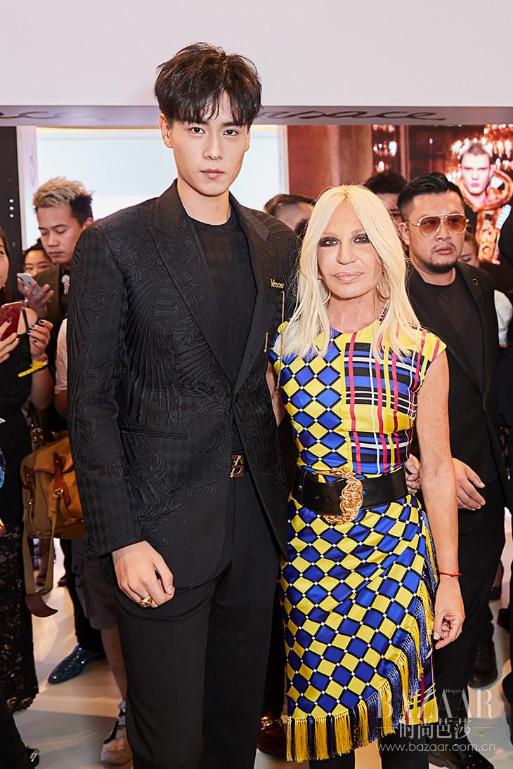 28. Versace 艺术总监 Donatella Versace 女士与人气演员胡一天