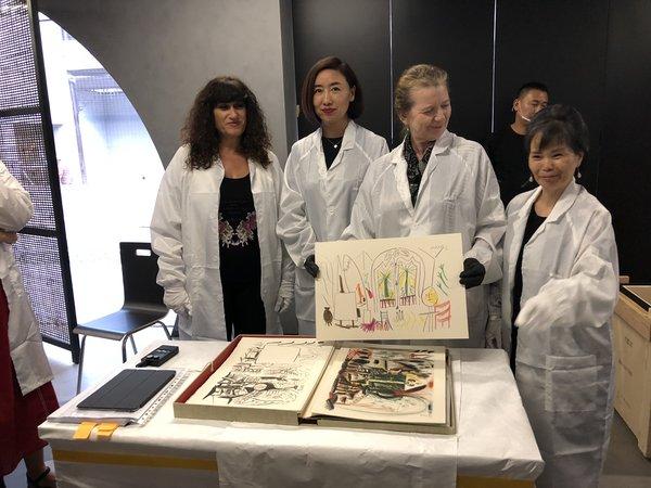 马德里毕加索博物馆馆长卡门·苏珊娜·杜郎·嘉尔西亚女士展示《加州工作室绘本1954》