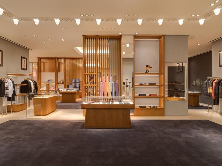 11.男性世界则以雅致严谨定义经典与现代,领带区的洋溢色彩抵消了店内中性色调的内敛与厚重