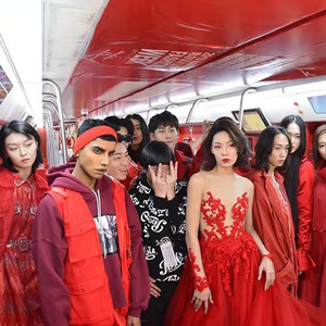 超模也疯狂!时装周开幕前X小时大玩集体失踪,到地铁车厢开派对!