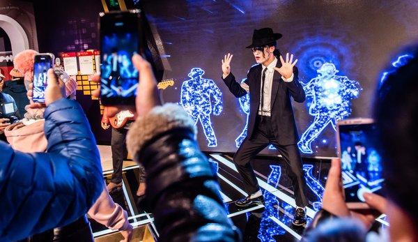 MJ模仿者在北京杜莎梦想音乐区与游客互动